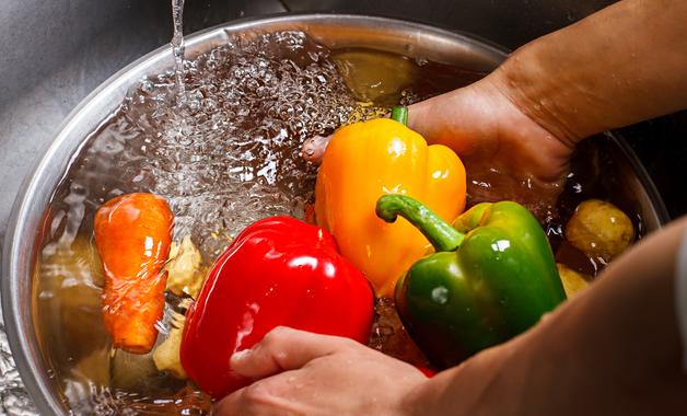 Vinagre, hipoclorito e água sanitária são produtos indicados para higienizar os alimentos. (Imagem: Reprodução/Shutterstock)