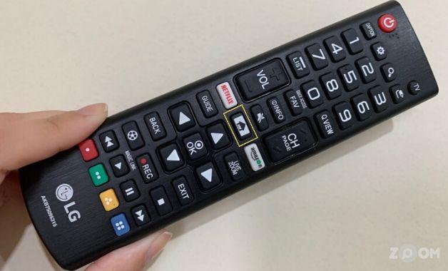 <em>Foto: Botão Home se encontra no meio do controle da LG. | Créditos: Yulli Dias/Zoom</em>