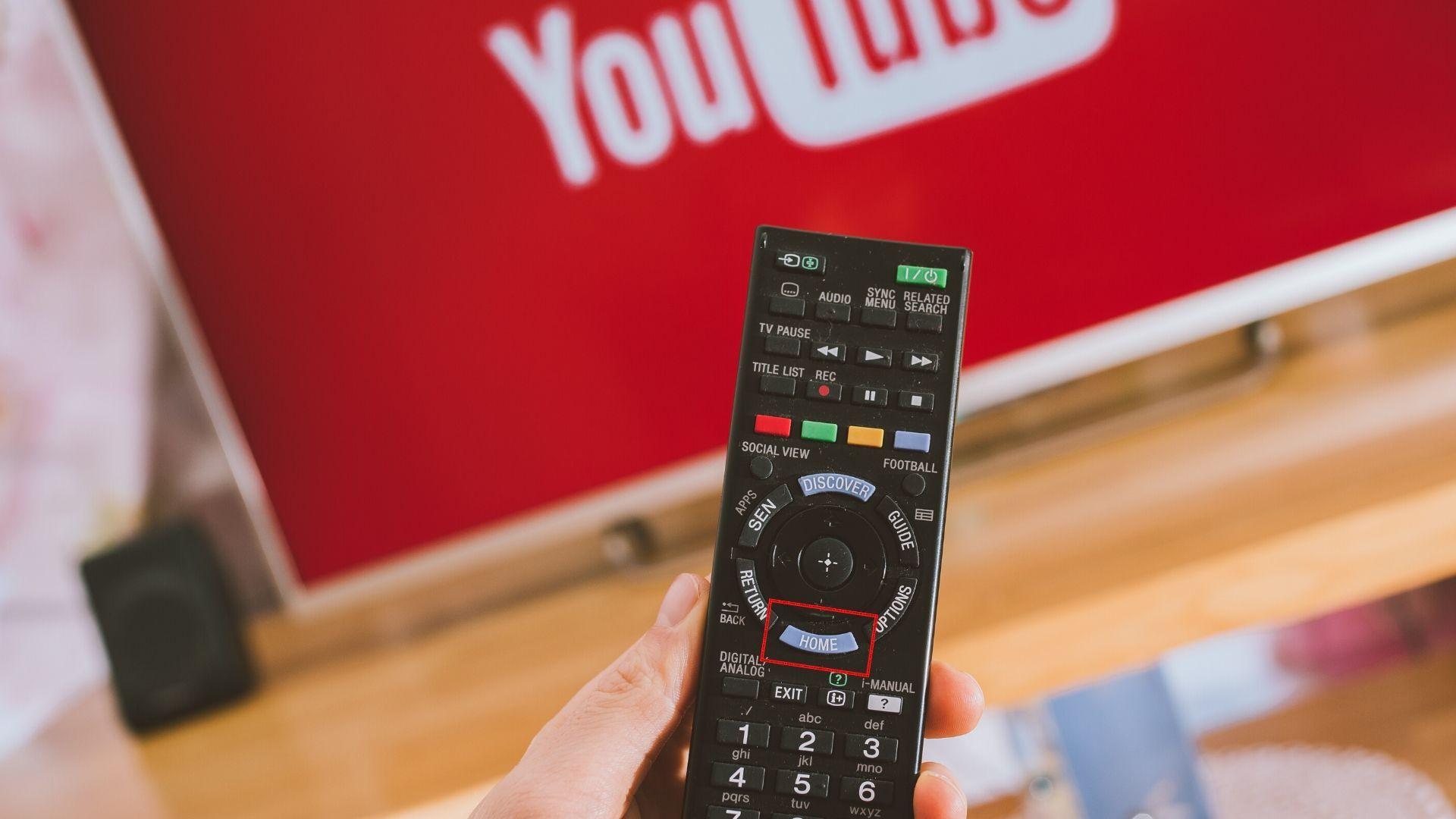 Controle remoto da smart TV Sony já vem com botões de rápido acesso para a Home, Netflix e Google Play Store. | Reprodução: Shutterstock