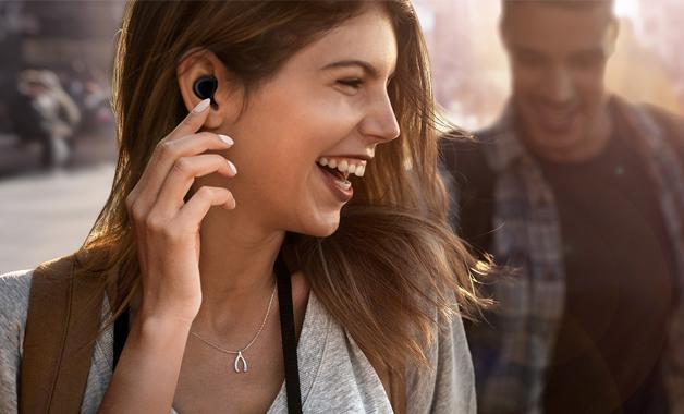 Os dois fones têm painel touch que podem ser configurados com funções de acordo com a sua preferência. (Imagem: Divulgação/Samsung)