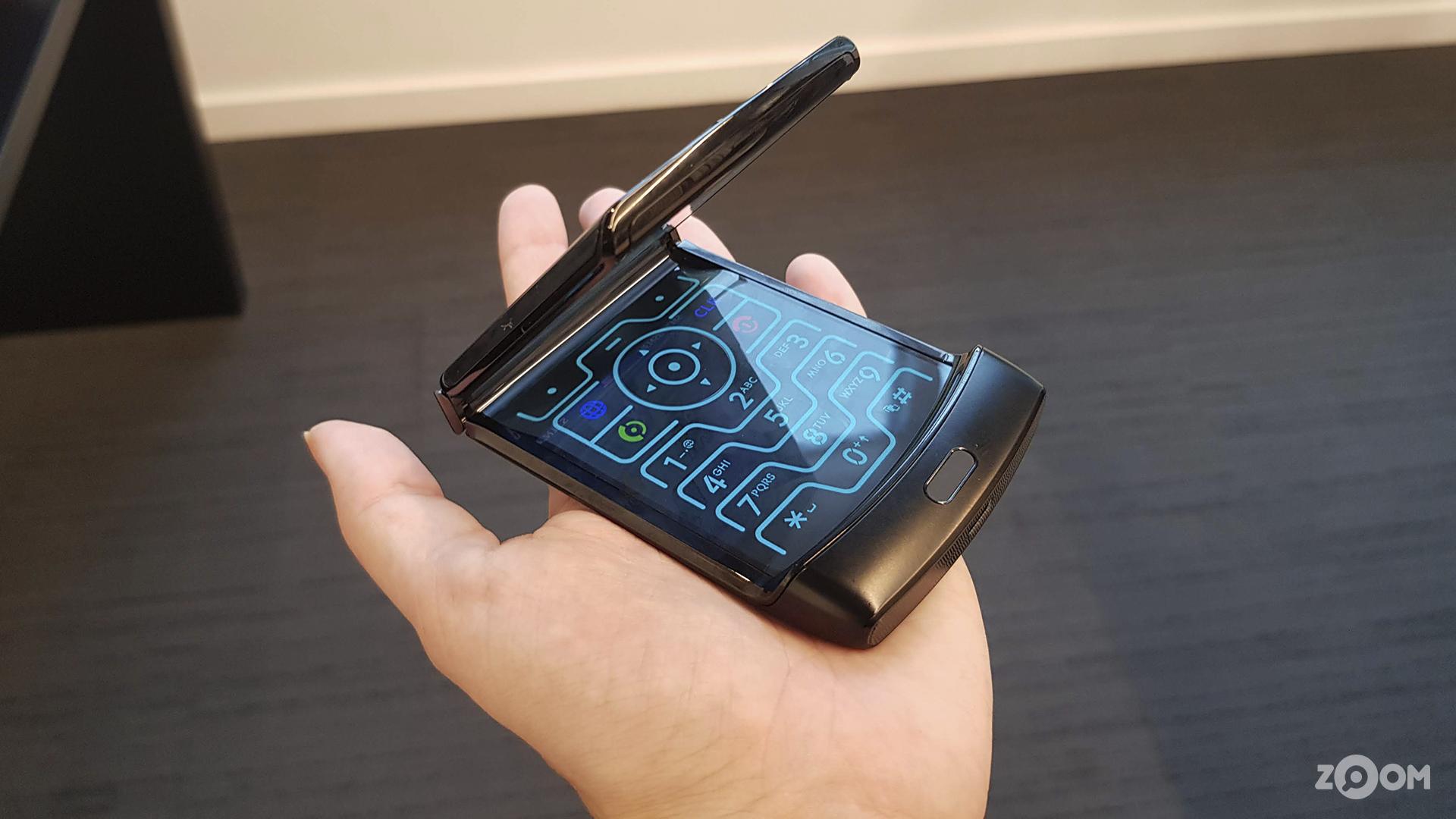 Motorola RAZR tem tela flexível em formato de flip. (Imagem: Ana Marques/Zoom)