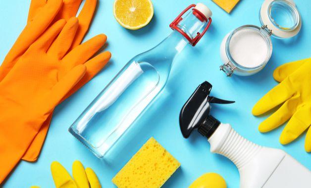 Para tirar manchas da cama o vinagre e o bicarbonato de sódio são bons aliados. (Imagem: Reprodução/Shutterstock)