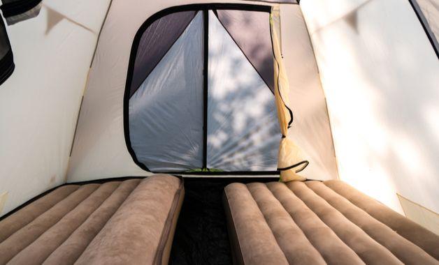 Os colchões infláveis podem ser utilizados para acampar com mais conforto. (Imagem: Reprodução/Shutterstock)