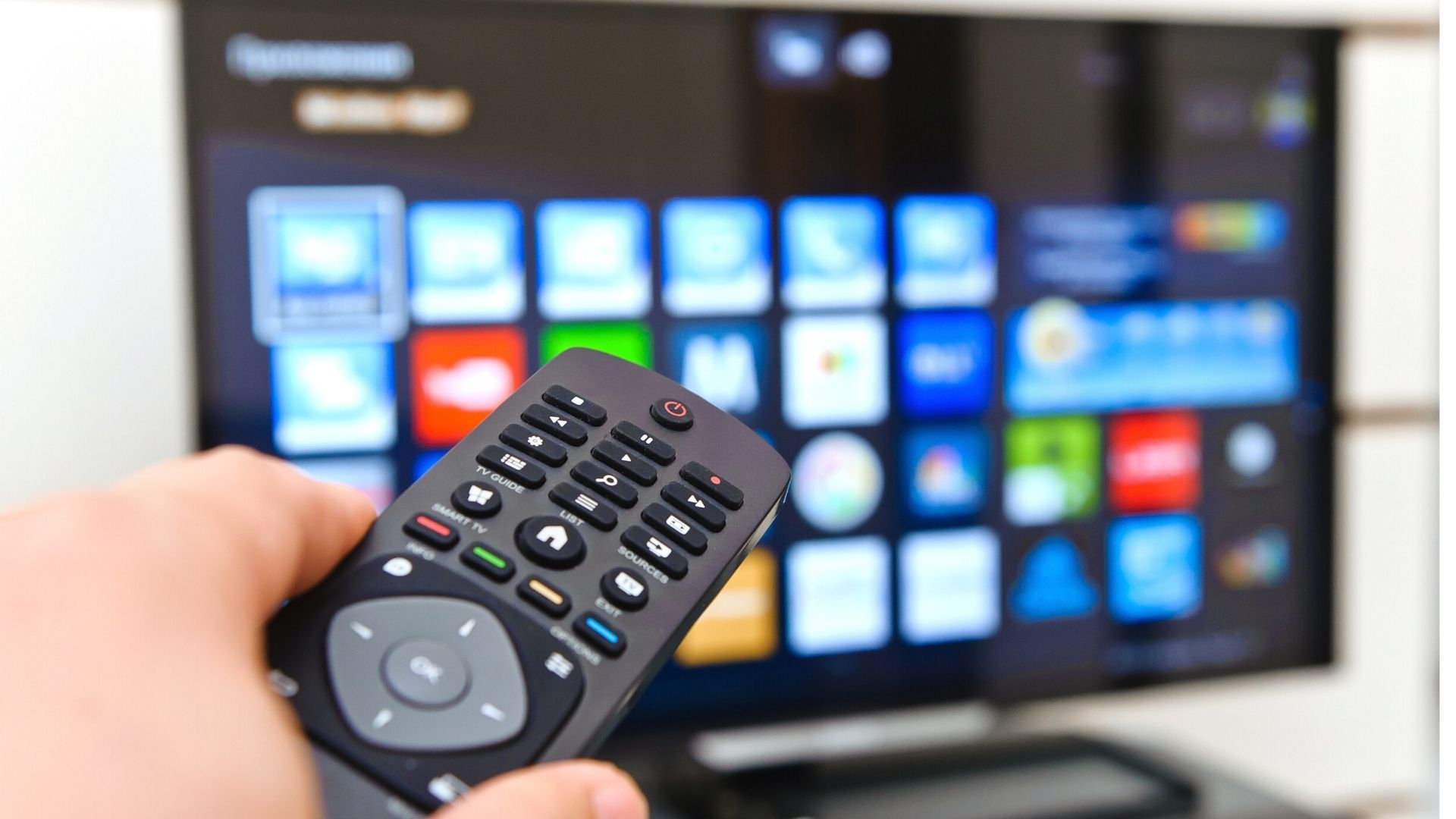 Diversos aparelhos podem ser usados para transformar a TV comum em smart. (Imagem: Reprodução/Shutterstock)