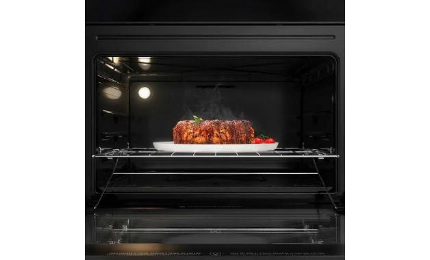 O forno do Electrolux 76GS possui duas prateleiras deslizantes. (Imagem: Divulgação/Electrolux)