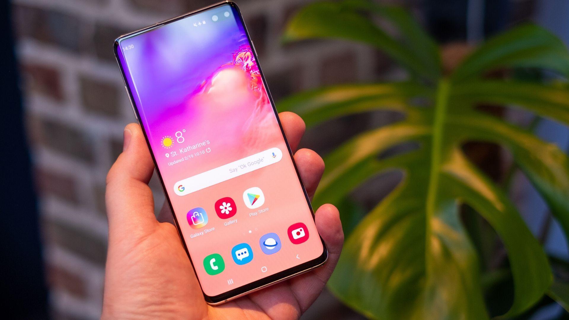 Samsung S10 + é capaz de comandar diversos aparelhos da marca à distância, através do app SmartThings. (Imagem: Reprodução/Shutterstock)