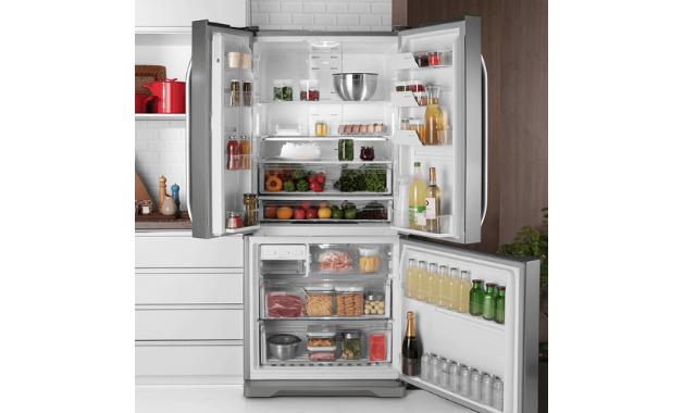 Parte interna da geladeira Inverse DM84X, com o freezer embaixo e refrigerador em cima. (Imagem: Divulgação/Electrolux)
