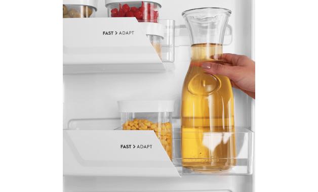 As prateleiras Fast Adapt permitem armazenar garrafas na porta. (Imagem: Divulgação/Electrolux)