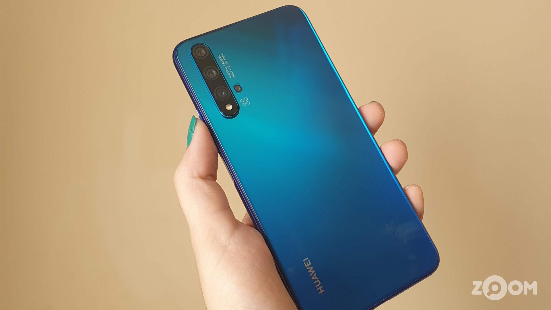 Huawei nova 5T na cor azul. (Imagem: Ana Marques/Zoom)