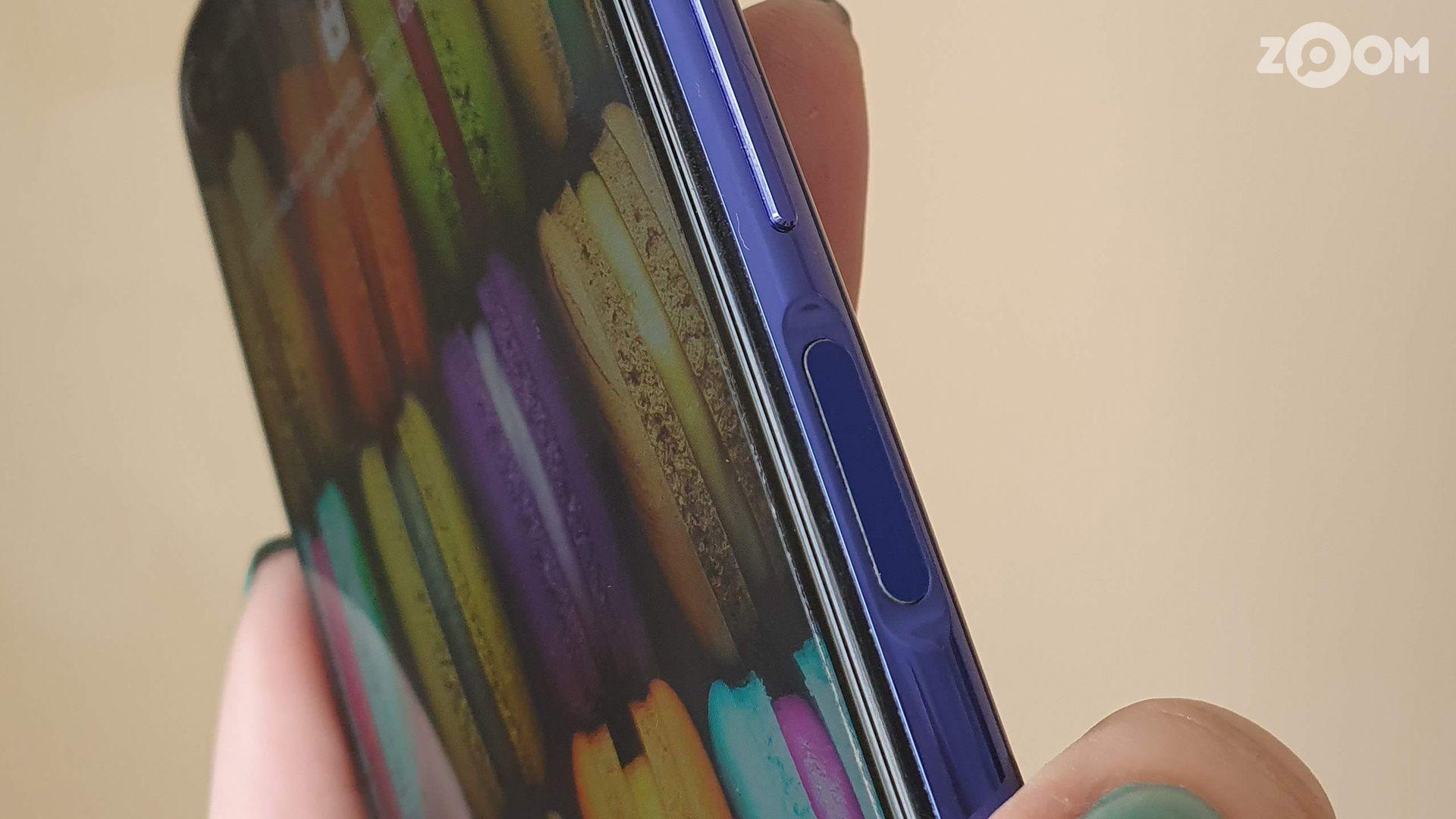 Leitor de digitais do Huawei nova 5T fica na lateral. (Imagem: Ana Marques/Zoom)