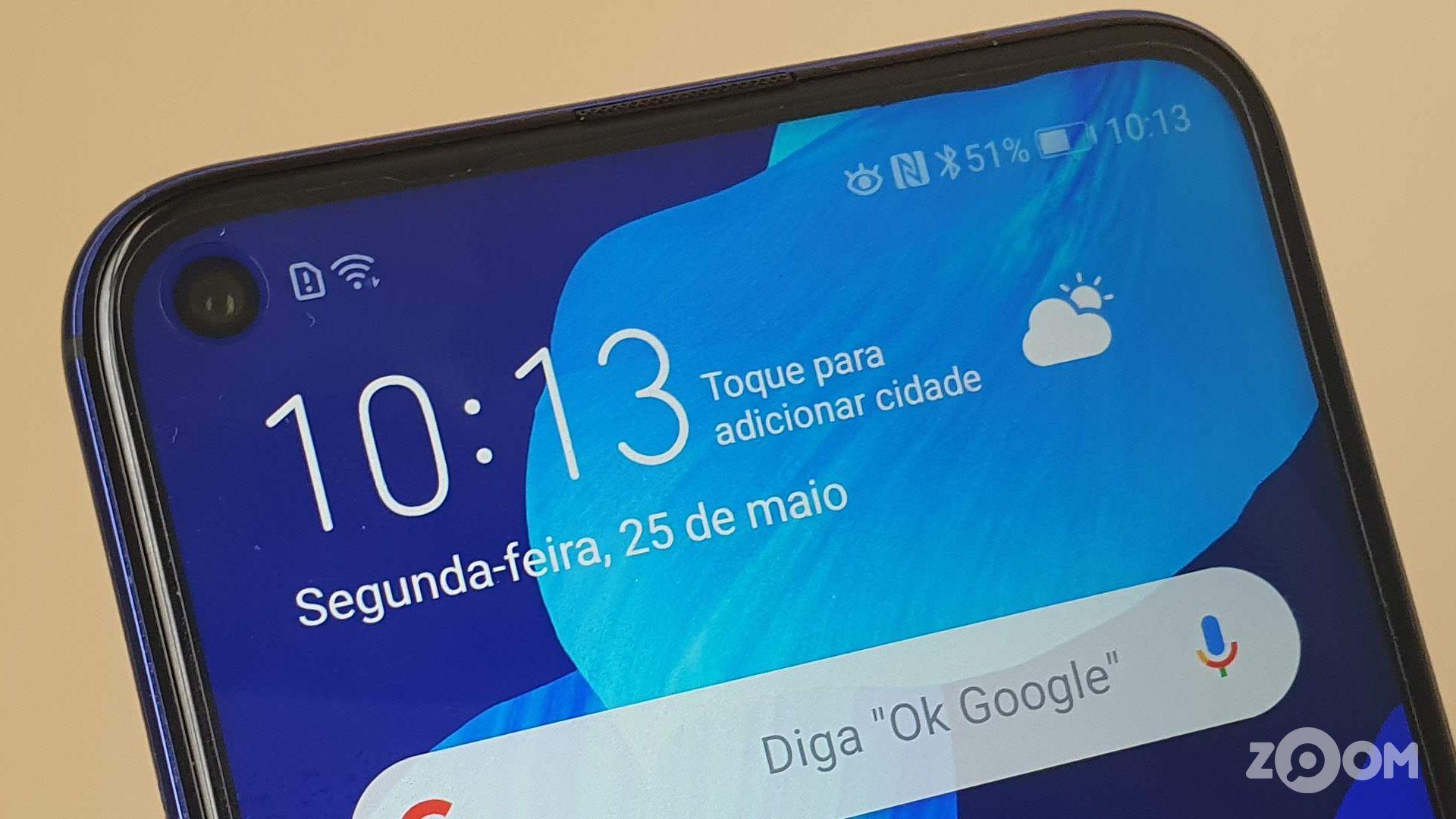 Tela do Huawei nova 5T tem recorte para câmera frontal. (Imagem: Ana Marques/Zoom)