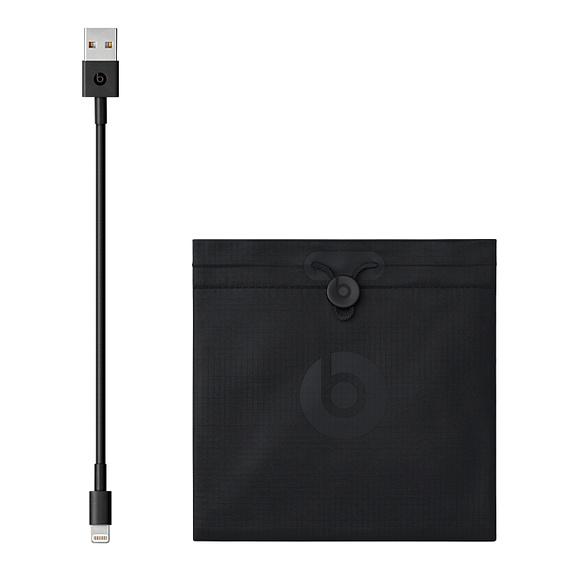 Powerbeats 4 são carregados via cabo. (Imagem: Divulgação/Apple)