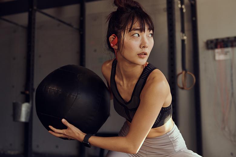 Powerbeats 4 são opções para quem busca fones sem fio para exercícios físicos. (Imagem: Divulgação/Beats)