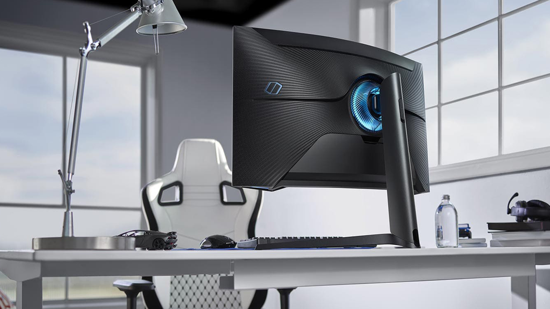<em>Odyssey G7 é preto e possui LEDs na parte traseira (Foto: Divulgação/Samsung)</em>