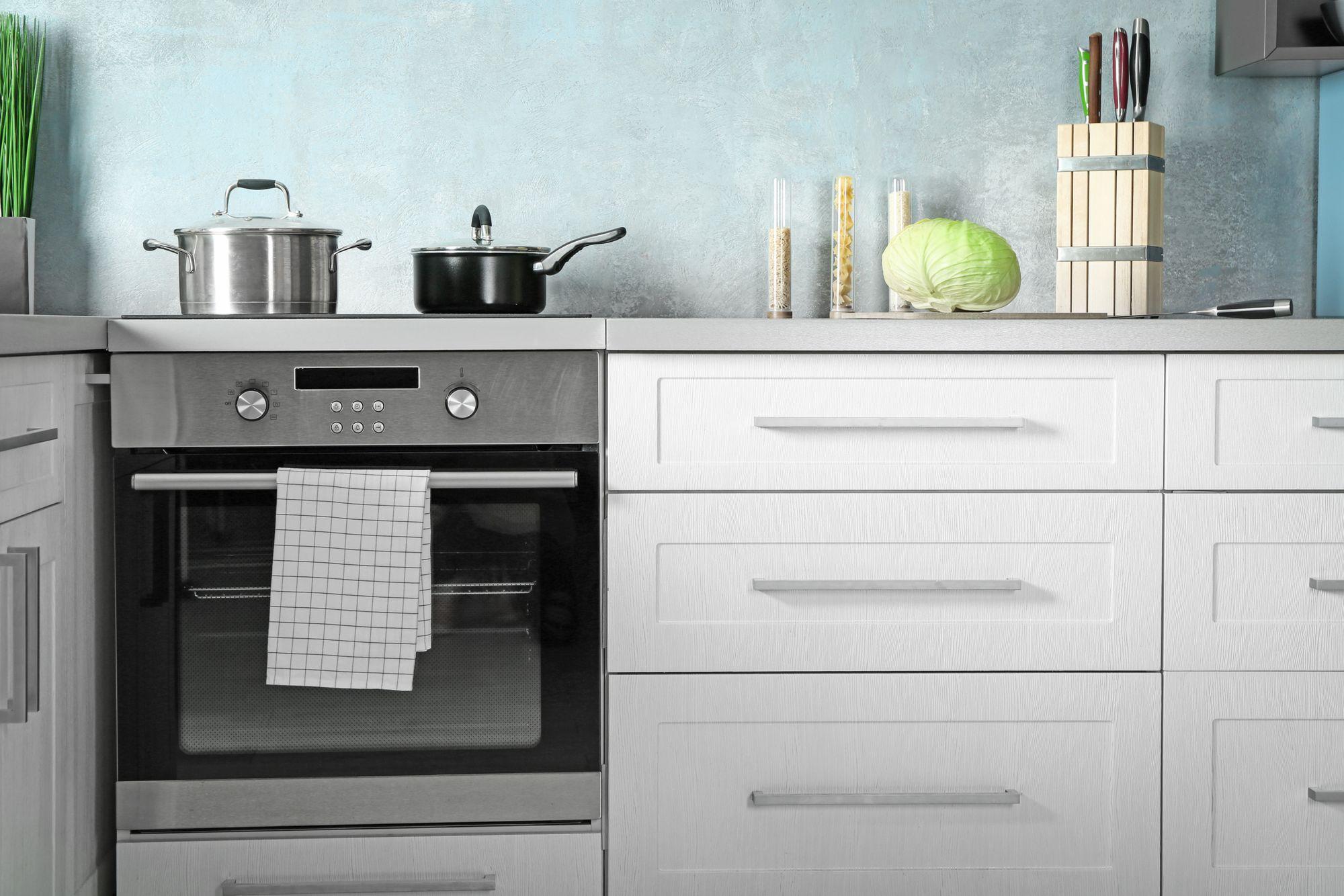 Modelo de fogão de embutir numa cozinha planejada. (Imagem: Reprodução/Shutterstock)