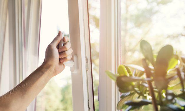 Manter o quarto arejado é muito importante para evitar que o colchão fique úmido. (Imagem: Reprodução/Shutterstock)