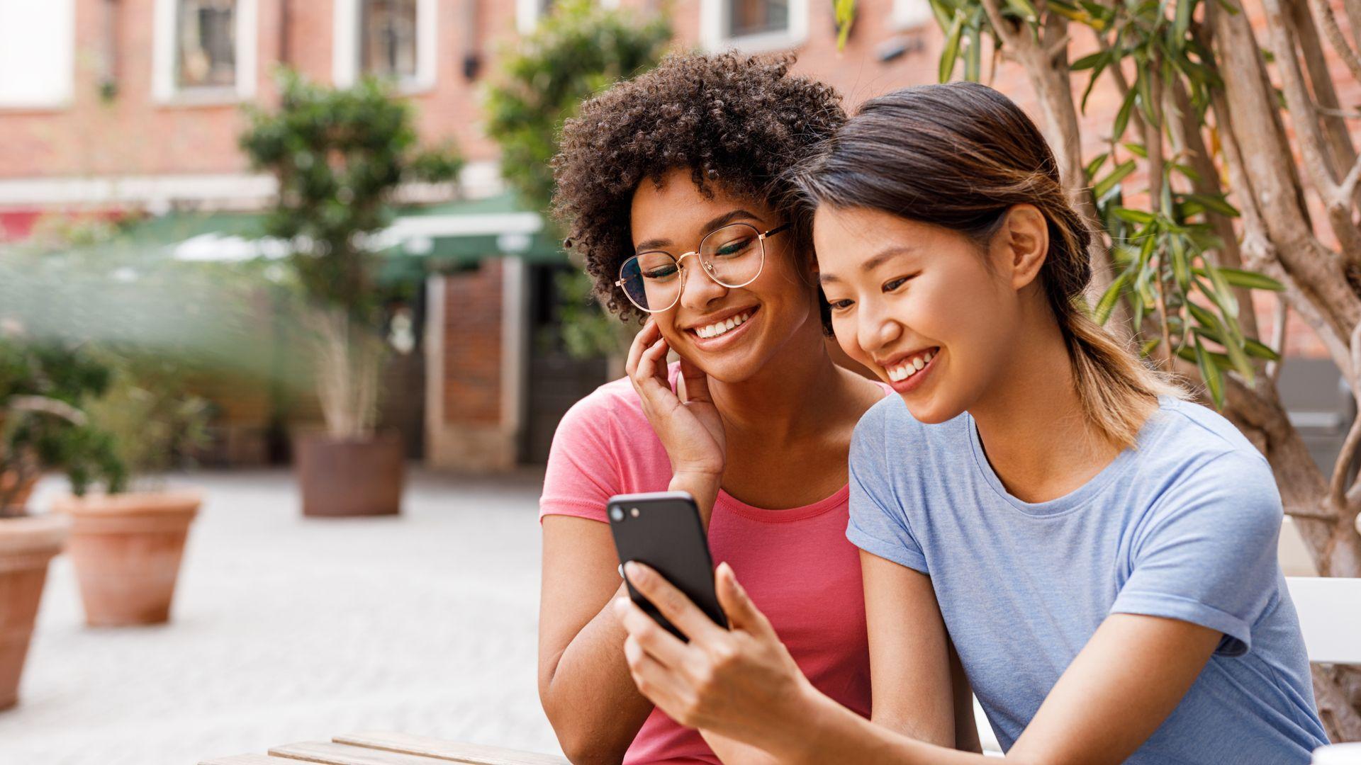 Encontre o melhor celular para presentear no Dia dos Namorados. (Imagem: Artem Varnitsin/Shutterstock)