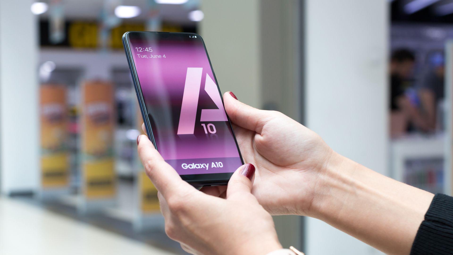 Galaxy A10 é um celular básico da Samsung. (Imagem: N.Z.Photography/Shutterstock)