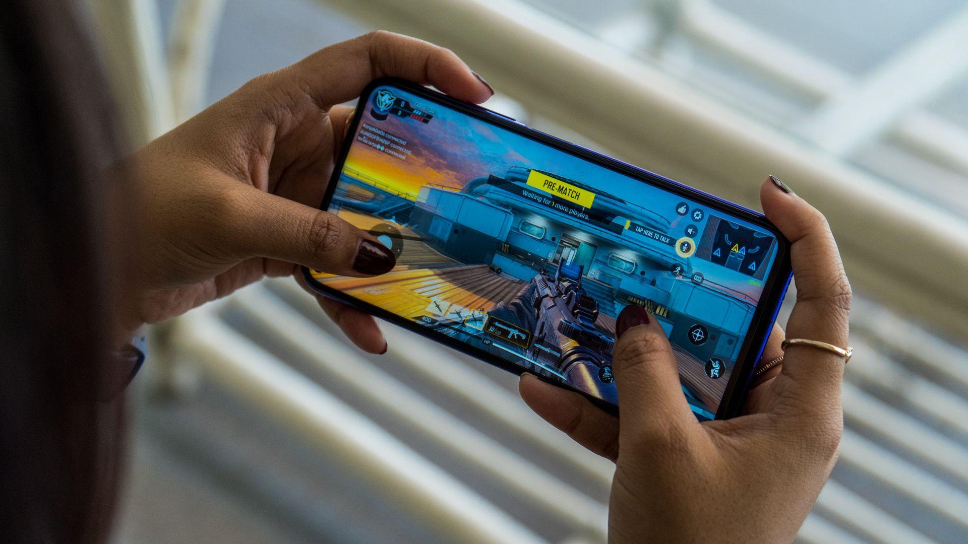 Huawei nova 5T é um celular premium pensado no público gamer. (Imagem: Lukmanazis/Shutterstock)