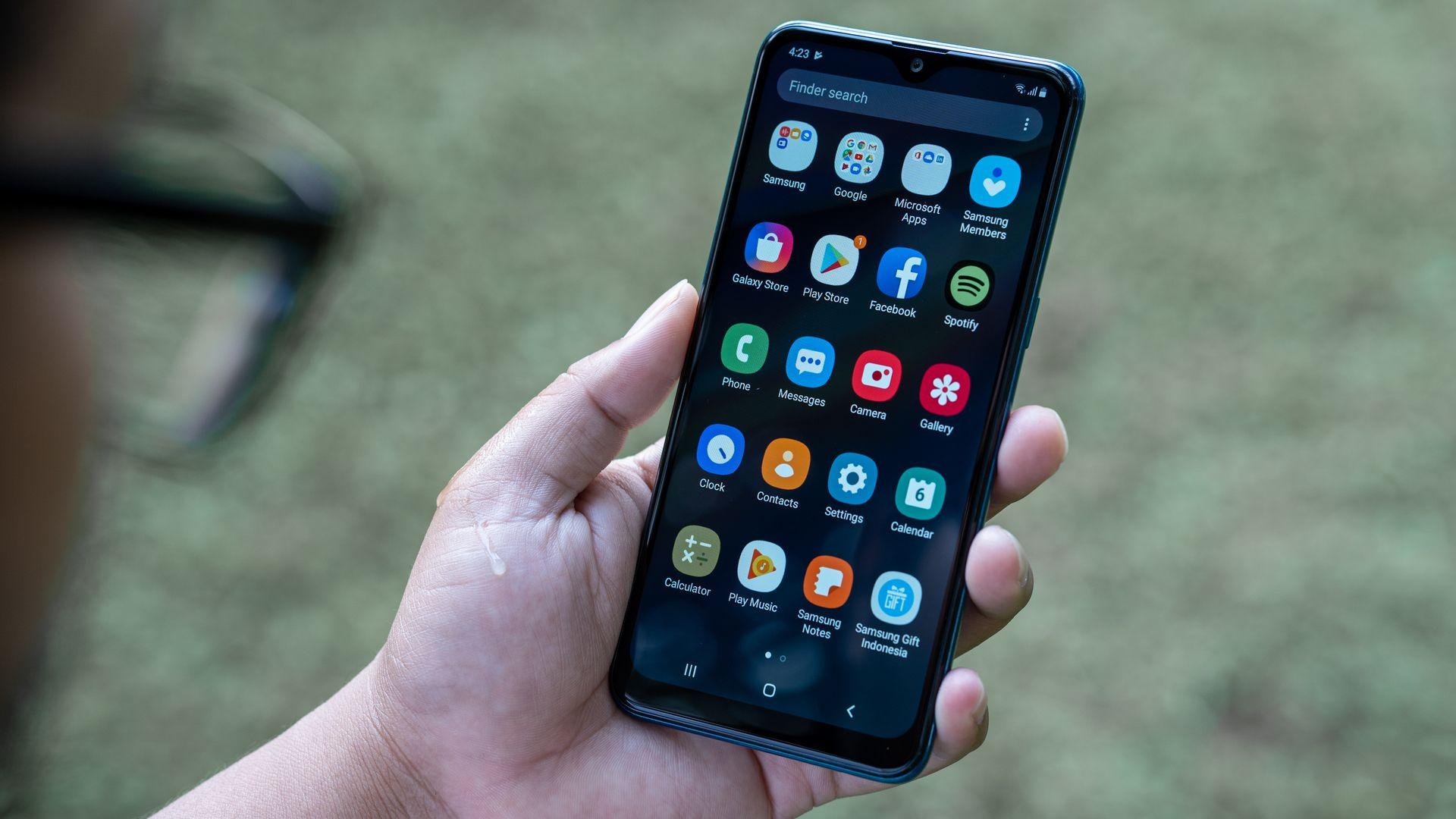 Galaxy A10s tem 32 GB para armazenar apps e outros arquivos. (Imagem: Lukmanazis/Shutterstock)