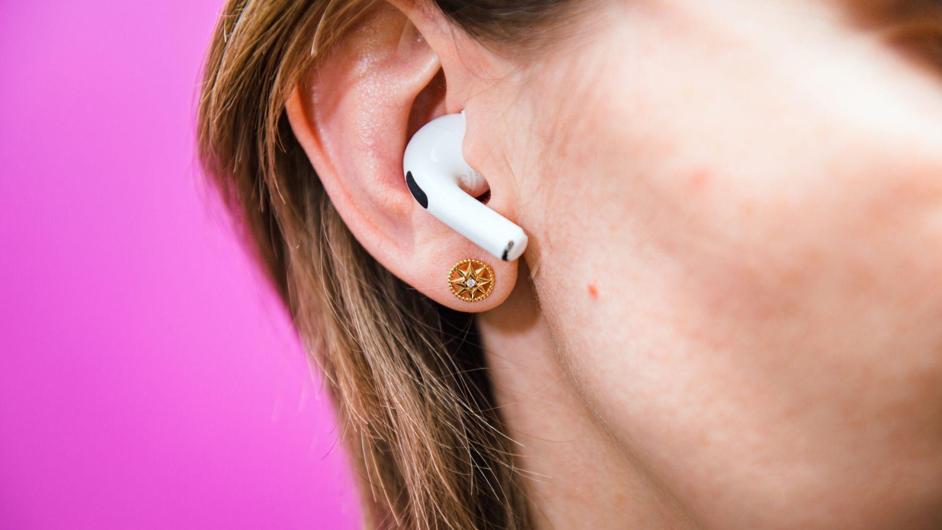 AirPods Pro, da Apple, são um exemplo de fones true wireless com cancelamento de ruído ativo. (Imagem: Hadrian/Shutterstock)