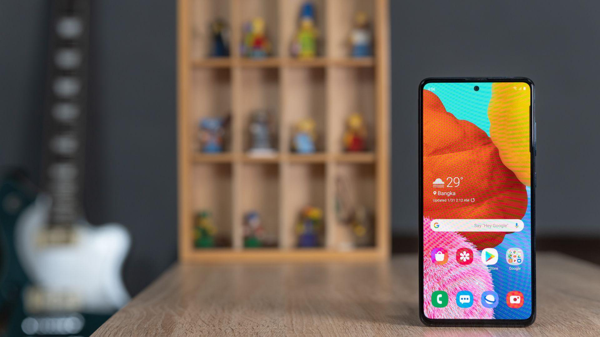 Galaxy A51 é um dos smartphones mais vendidos no Zoom em abril de 2020. (Imagem: Lukmanazis/Shutterstock)