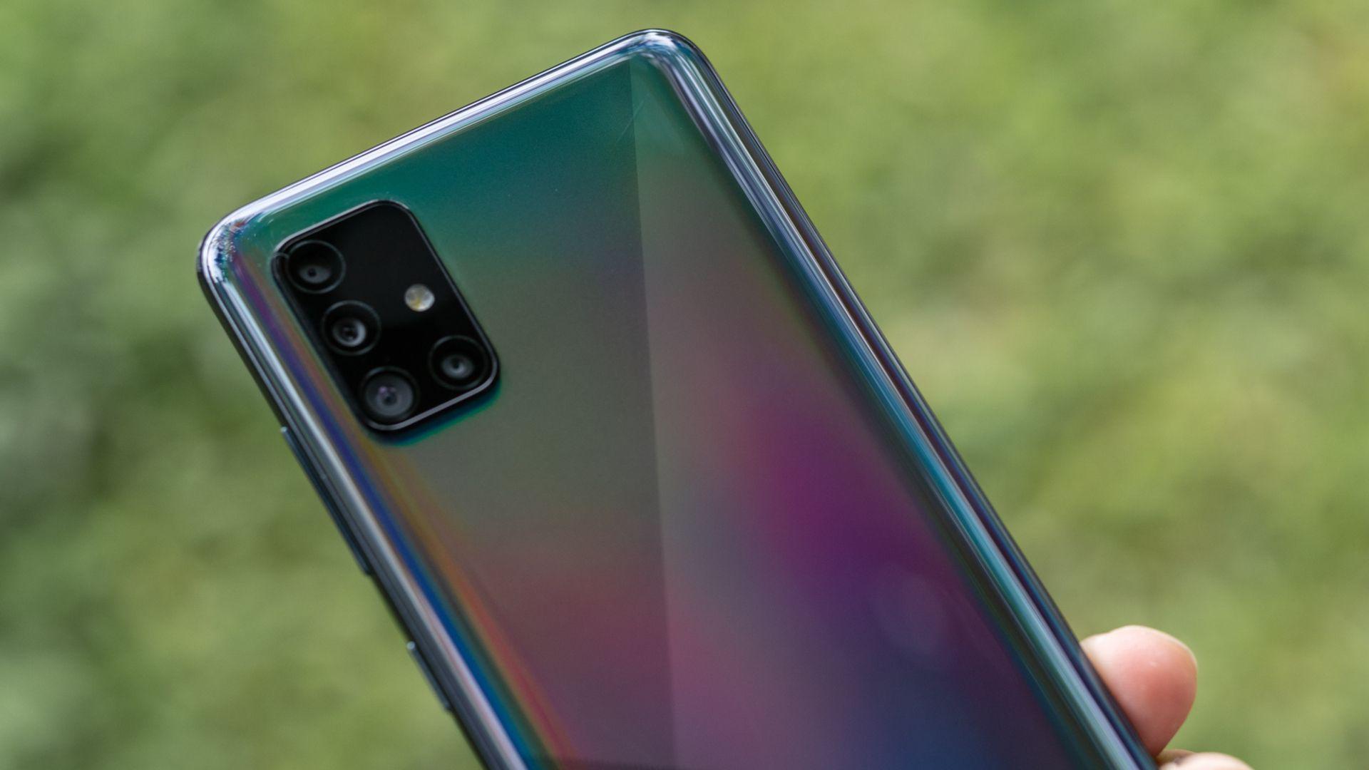 Câmera quádrupla do Galaxy A51 fica em módulo retangular na parte de trás do smartphone. (Imagem: Lukmanazis/Shutterstock)
