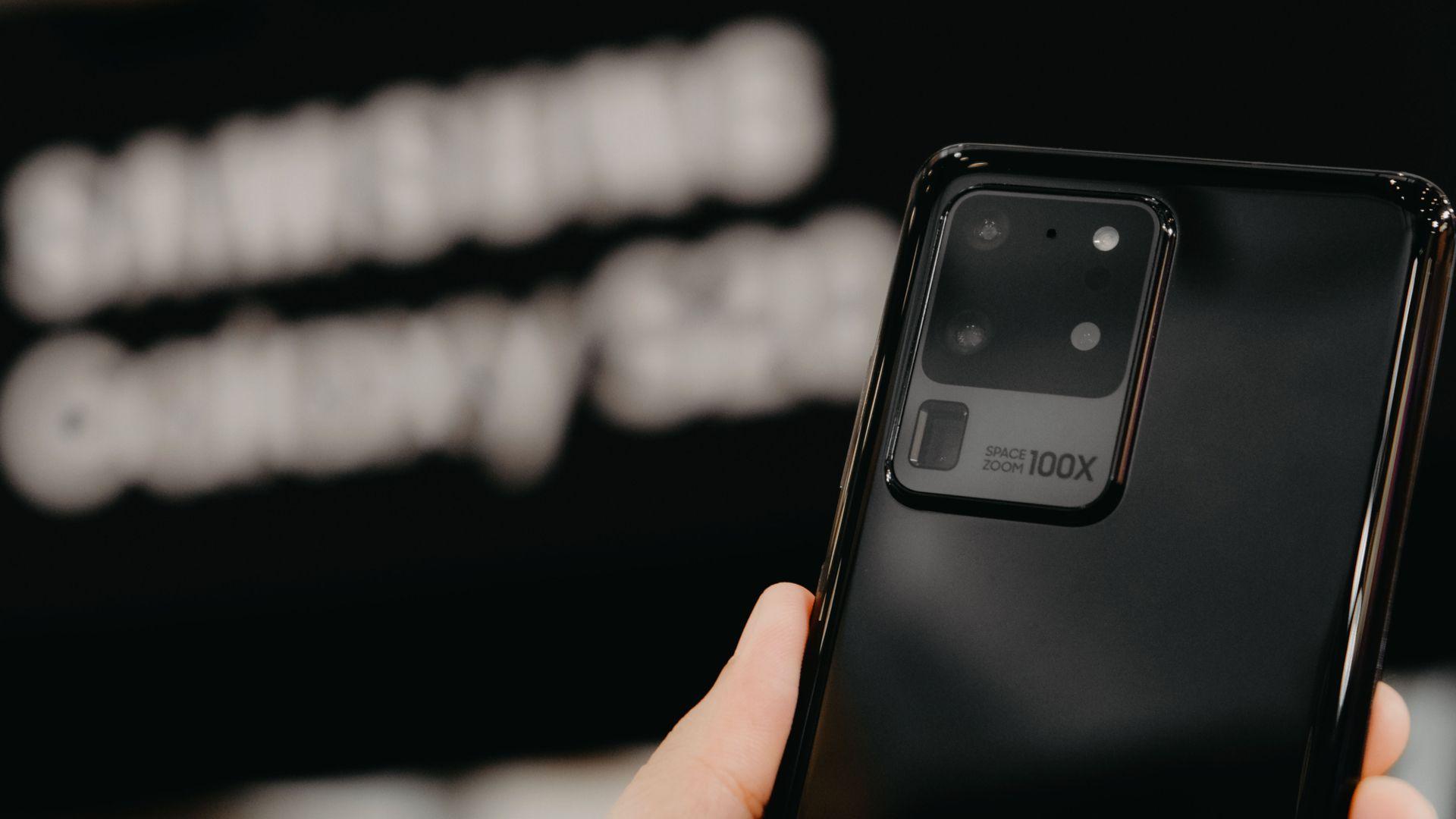 Galaxy S20 Ultra tem câmera de 108 megapixels. (Imagem: Framesira/Shutterstock)
