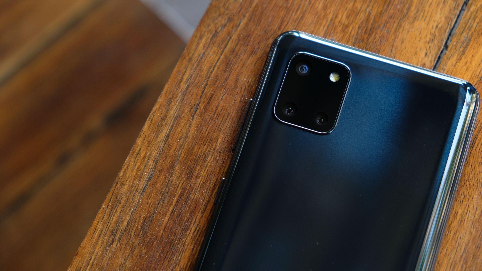 Câmeras traseiras do Galaxy Note 10 Lite. (Imagem: Framesira/Shutterstock)