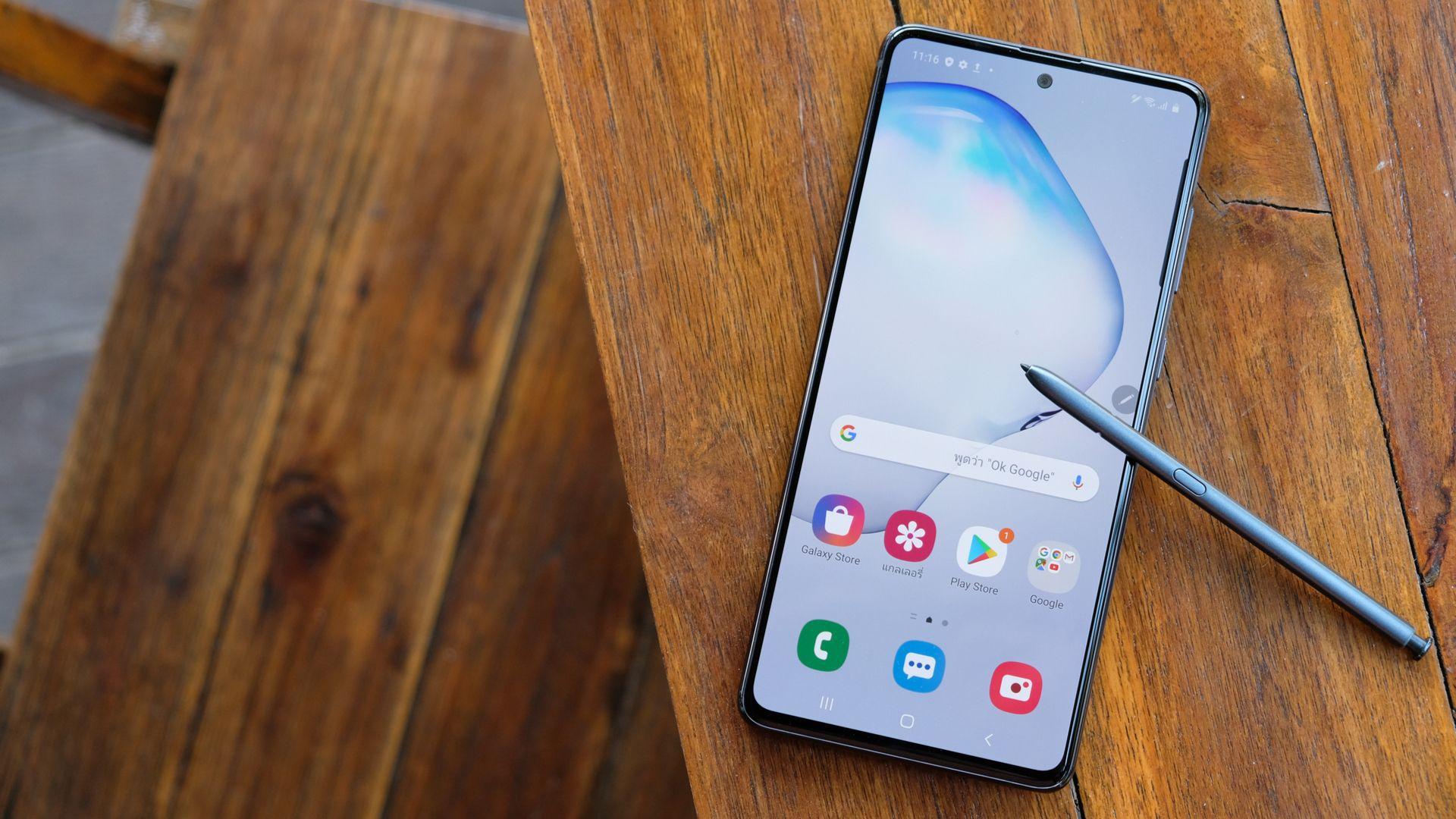 """Galaxy Note 10 Lite tem tela """"flat"""" de 6,7 polegadas com bordas mínimas. (Imagem: Framesira/Shutterstock)"""