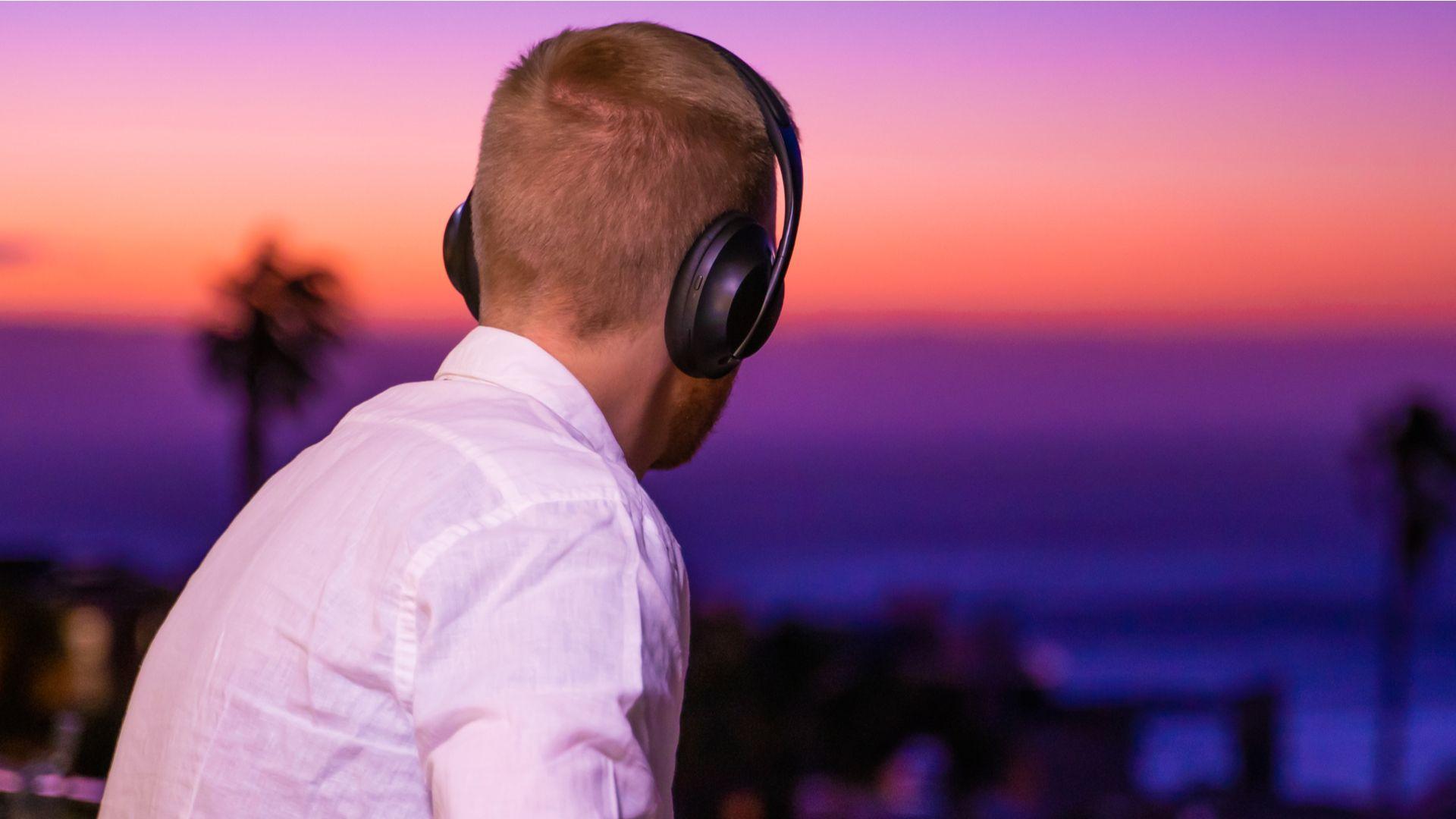 Os fones over-ear, que cobrem toda a orelha, são os que melhor isolam ruídos devido ao cancelamento passivo. (Imagem: Daniel Explores/Shutterstock)