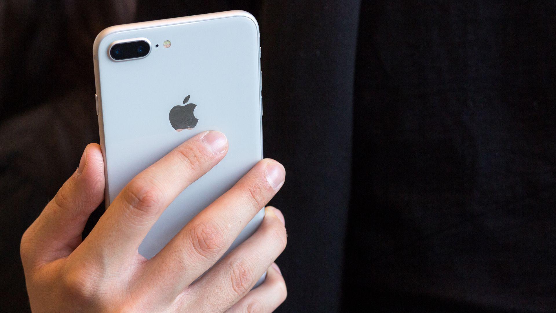 iPhone 8 Plus tem design antigo e câmera dupla. (Imagem: Martin Grincevschi/Shutterstock)