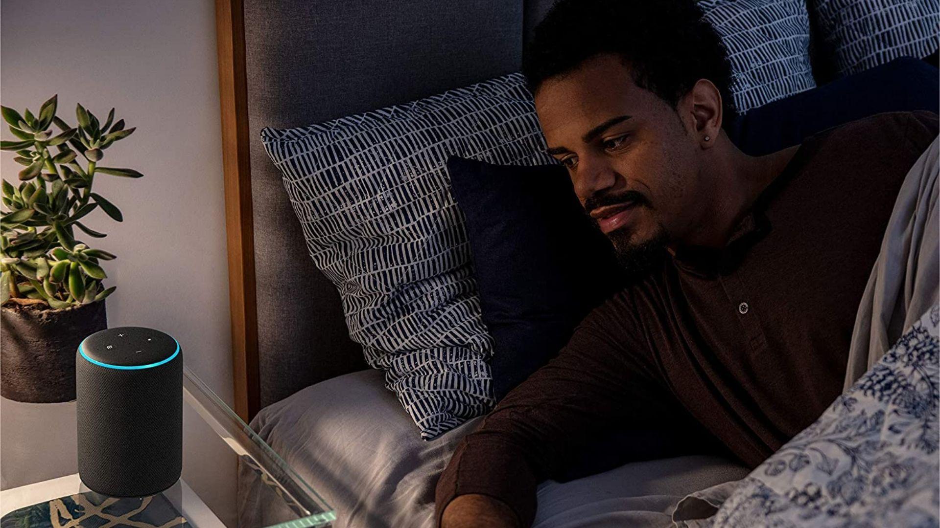 O Echo 3ª geração é capaz de acender as luzes da casa, assim que acordar. (Imagem: Divulgação/Amazon)