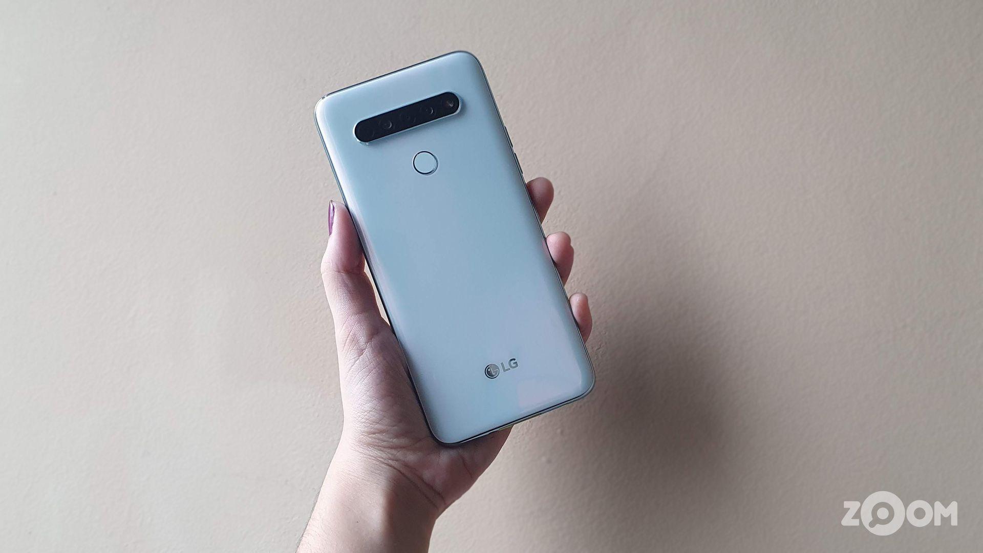 LG K61 na cor branca, com câmera quádrupla. (Imagem: Ana Marques/Zoom)