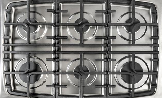 Mesa inox de um fogão de 6 bocas. (Imagem: Reprodução/Shutterstock)