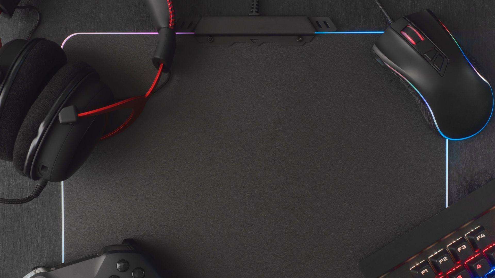 "Mouse pads gamer podem ter até iluminação RGB. (Foto: Reprodução/Shutterstock/<a href=""https://www.shutterstock.com/pt/g/EKKAPHAN%2BCHIMPALEE"">EKKAPHAN CHIMPALEE</a>)"