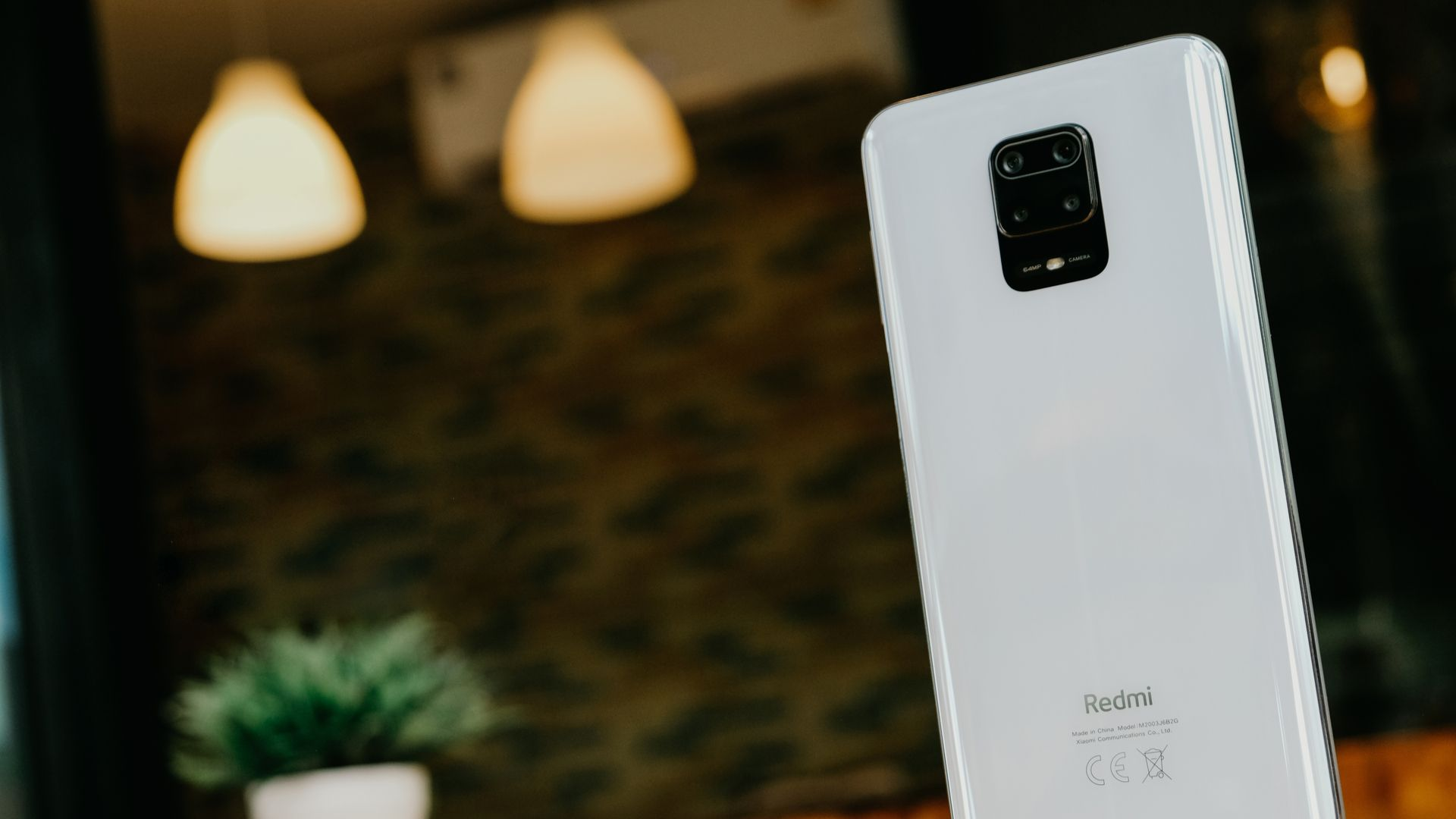 Redmi Note 9 Pro na cor branca. (Imagem: Framesira/Shutterstock)
