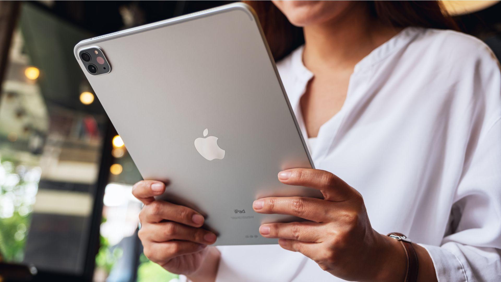 iPad Pro 2020 é o primeiro tablet da Apple a trazer o sensor LiDAR. (Imagem: leungchopan/Shutterstock)