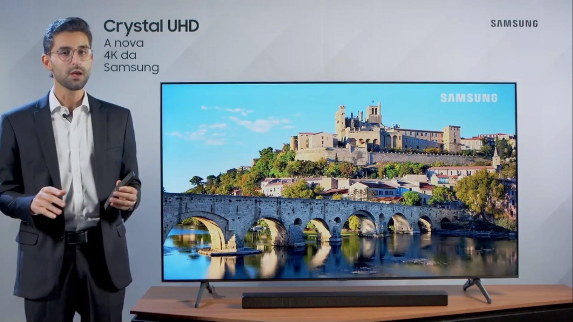 De acordo com a marca, a soundbar T550 é o modelo ideal para utilizar junto com a TU7000, modelo 2020 da linha Crystal UHD. (Imagem: Reprodução/Samsung)