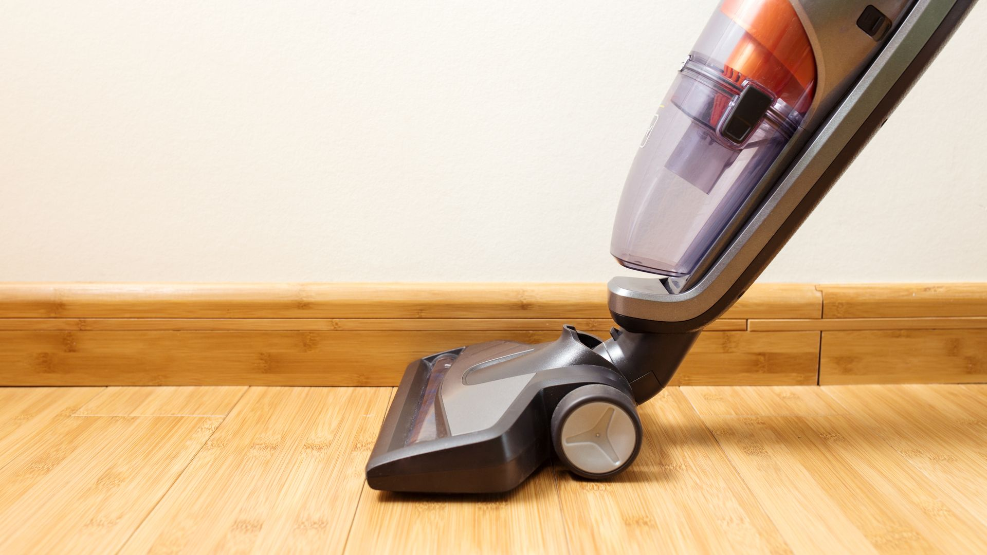 A maioria dos modelos de aspirador de pó vertical conseguem também ser portáteis. (Imagem: Kostenko Maxim/Shutterstock)