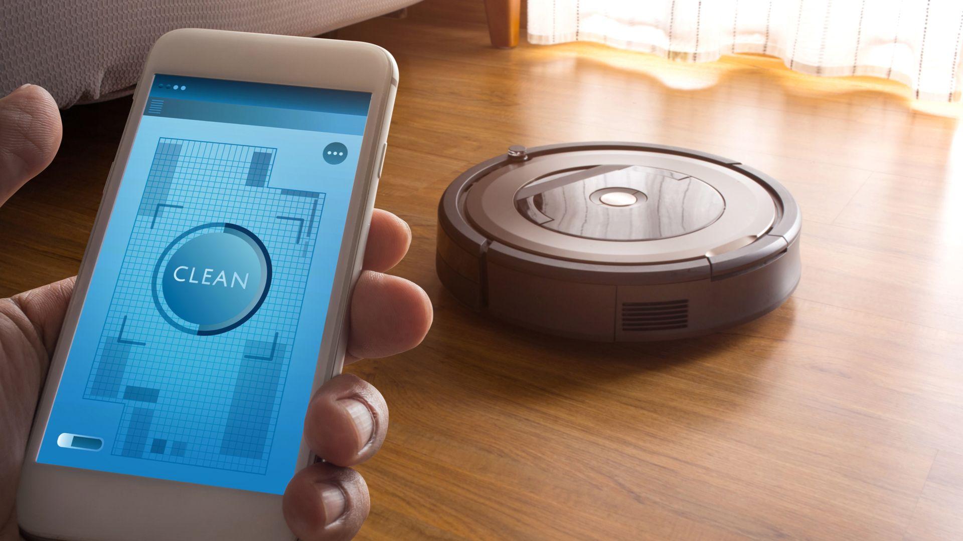 Alguns modelos de aspiradores de pó robô são smarts e podem ser controlados por aplicativos e, até mesmo, comandos de voz. (Imagem: HAKINMHAN/Shutterstock)