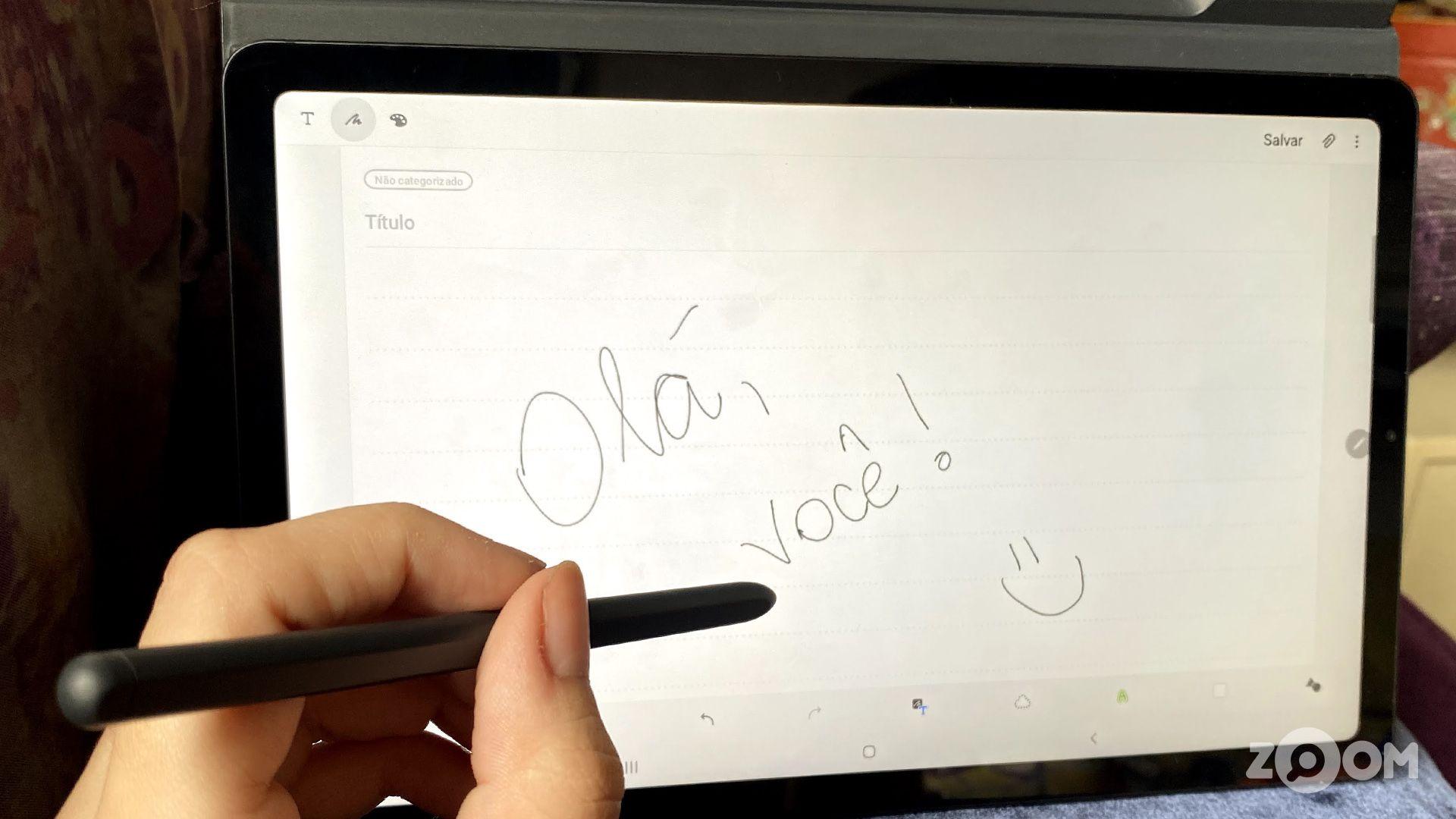 Escrevendo no app de notas da Samsung com a S Pen do Tab S6 Lite. (Imagem: Ana Marques/Zoom)