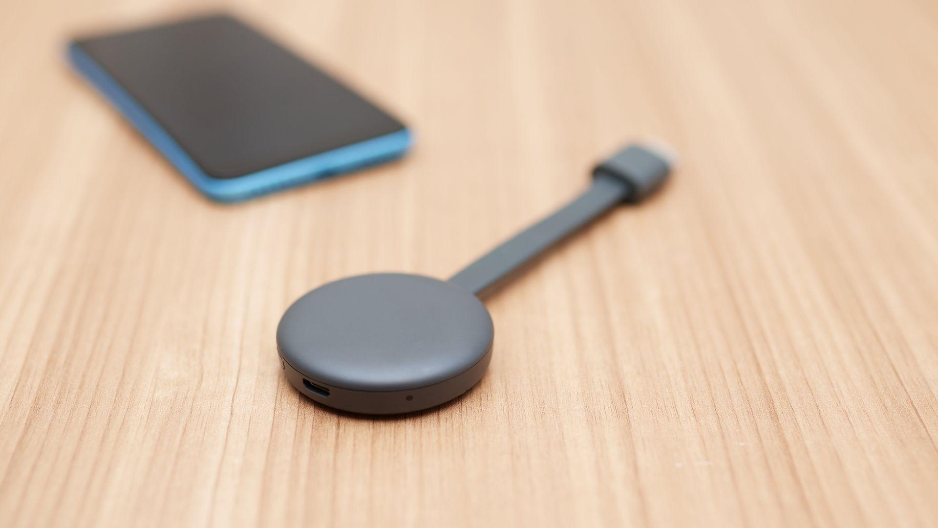 Chromecast 3, dongle do Google para transformar TV comum em smart. (Imagem: Reprodução/Shutterstock)