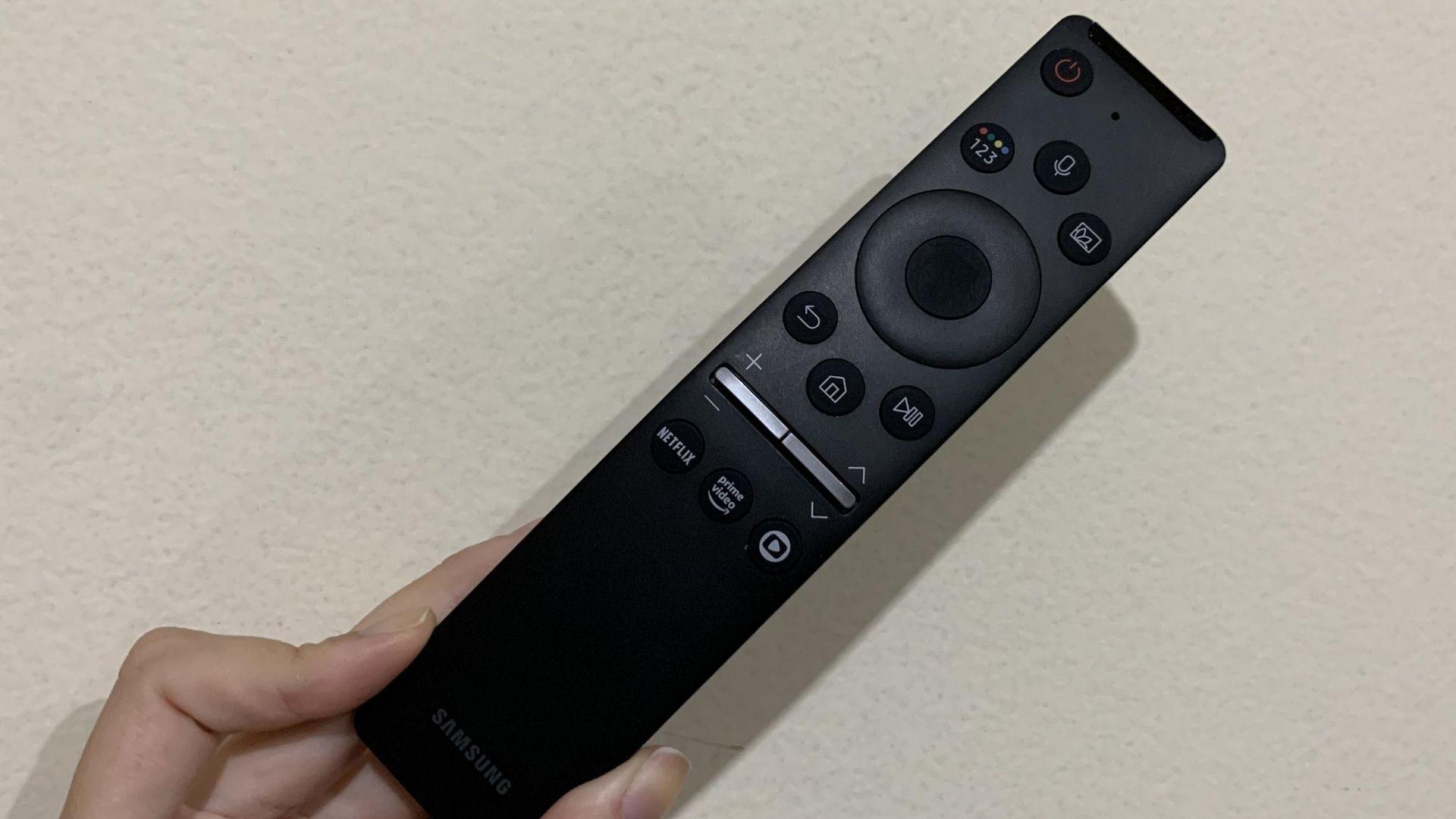 Controle Remoto Único está presente em ambas TVs Samsung. Mas, o da TU8000 (na foto) vem com alguns diferenciais: botão de microfone e da GloboPlay. (Imagem: Yulli Dias/Zoom)