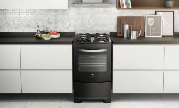O fogão Electrolux 52LPV possui forno com porta full glass. (Imagem: Divulgação/Electrolux)