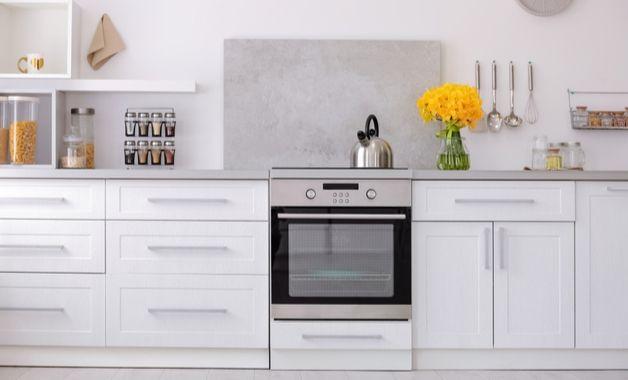 OS fogões de embutir se adaptam às cozinhas planejadas. (Imagem: Reprodução/Shutterstock)