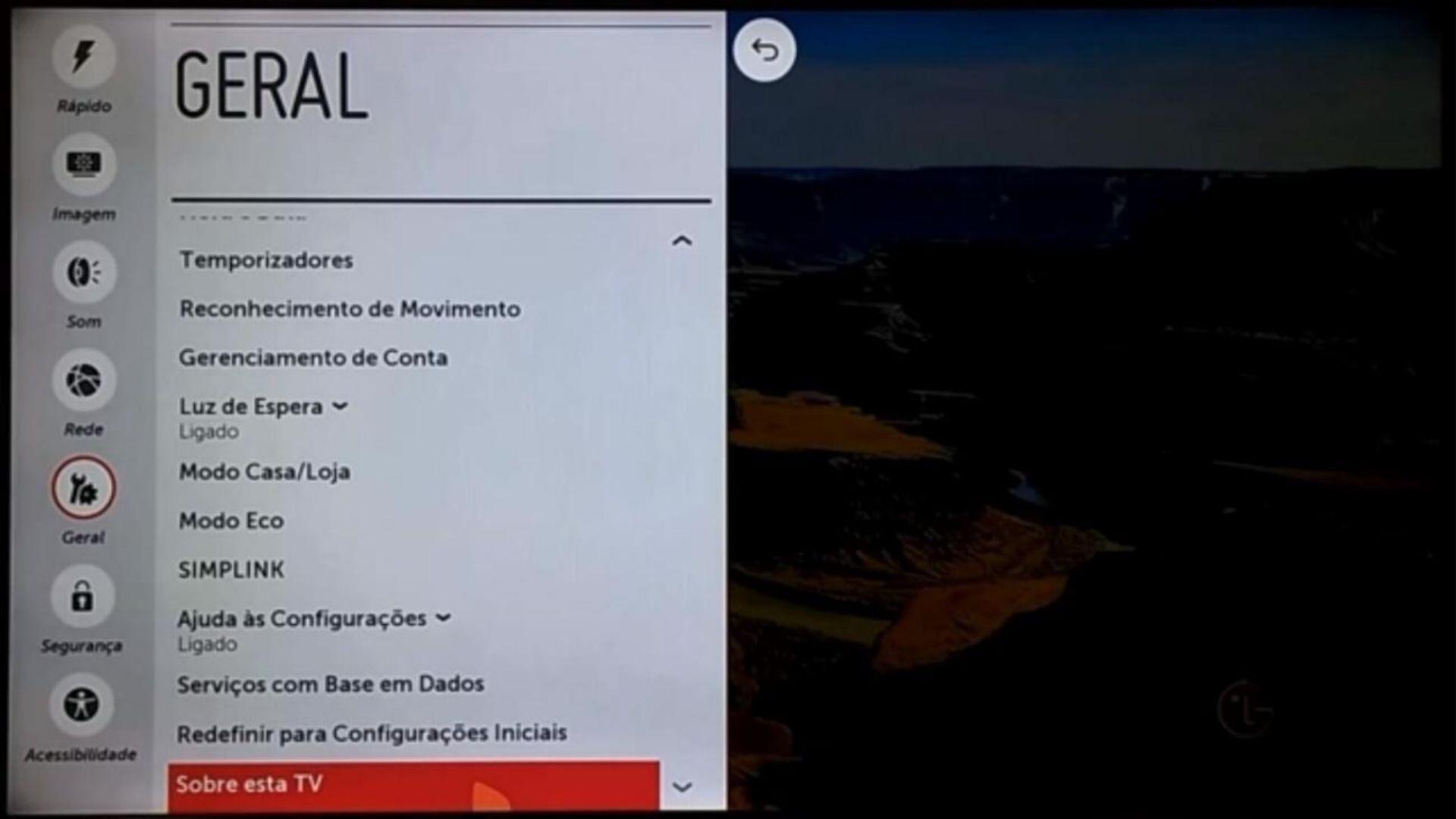"""É na opção """"Sobre esta TV"""" que é possível descobrir atualizações disponíveis (Foto: Reprodução/LG)"""