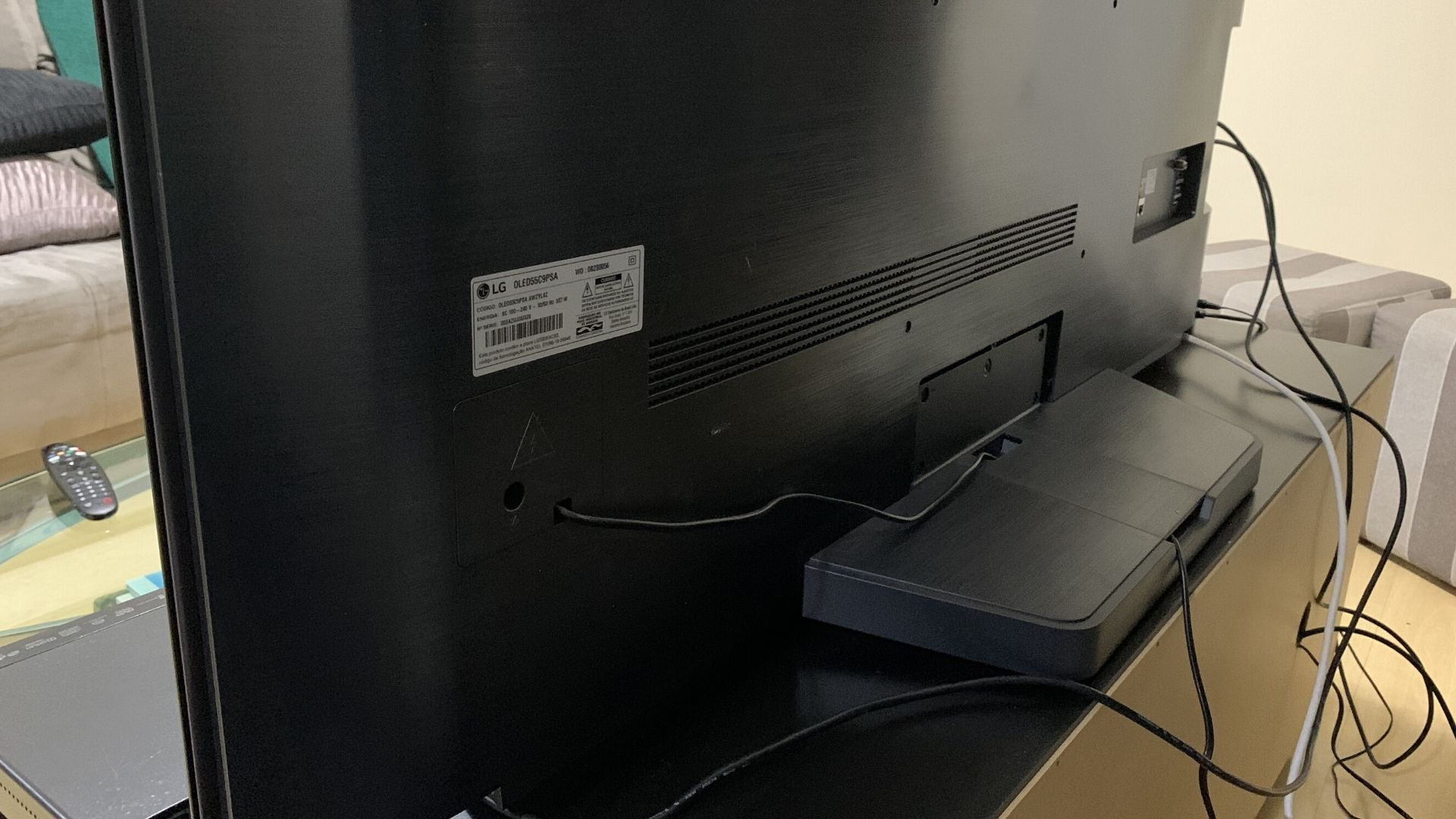 LG C9 vem com suporte na parte de trás do display para esconder os fios soltos. (Imagem: Yulli Dias/Zoom)