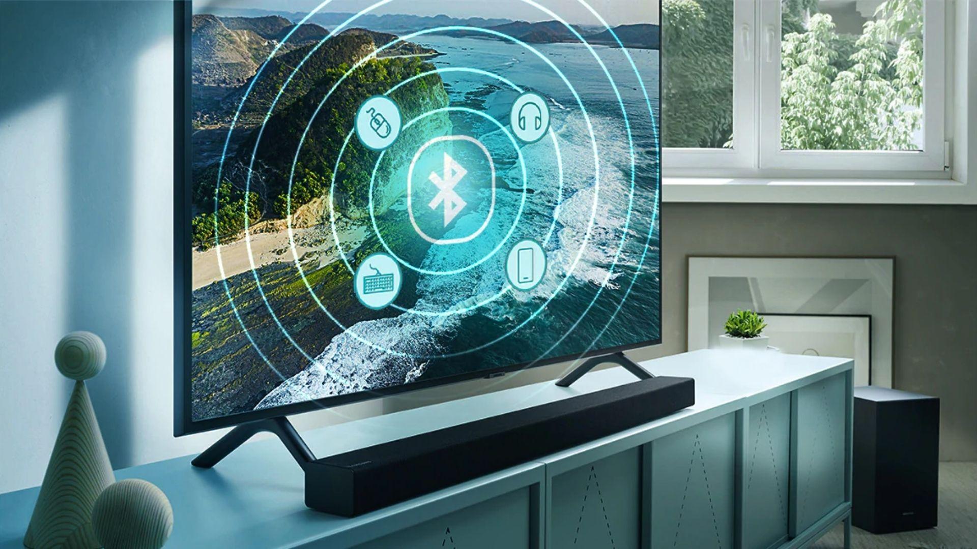 Tanto a Samsung RU7100 quanto a Samsung TU8000 conseguem controlar os diversos apps conectados via HDMI e USB através do Controle Remoto Único. (Imagem: Divulgação/Samsung)