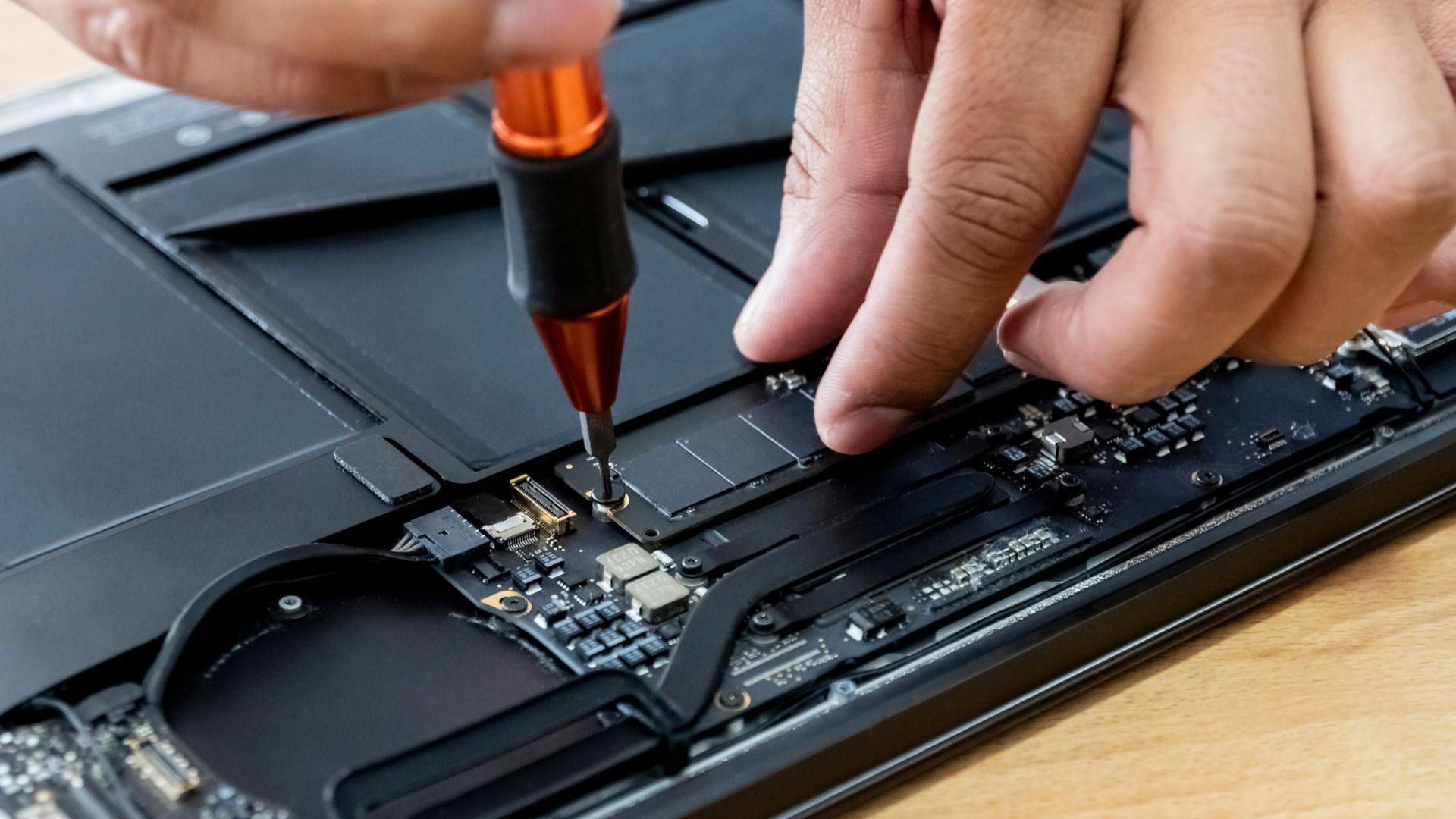 Os notebooks mais modernos aceitam a instalação de um SSD M.2. (Foto: Shutterstock/Santiago Salinas)